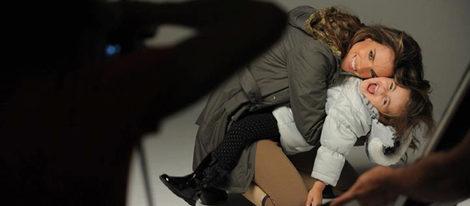 Alessandra Ambrosio y su hija Anja posan para London Fog