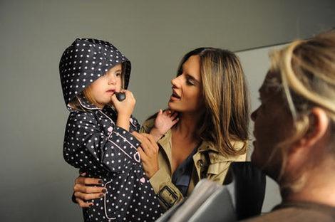 Anja Mazur pinándose los labios durante la sesión fotográfica