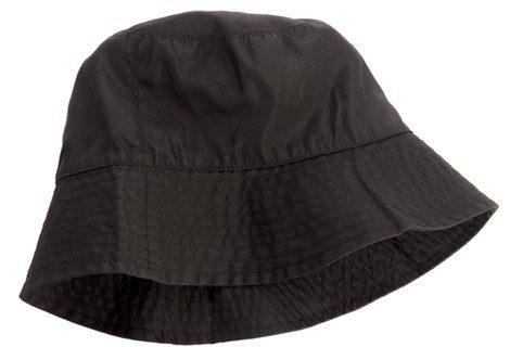 El más común es el impermeable de color verde caqui o negro