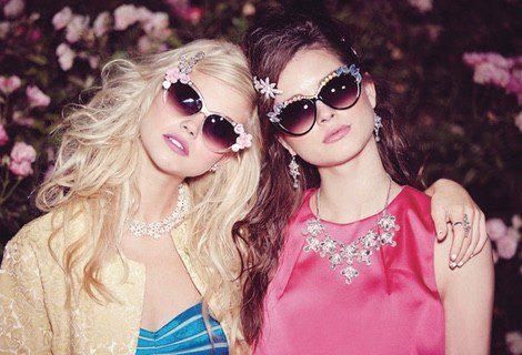 Las flores y los brillantes de colores decoran las nuevas gafas de la colección 'Prom' de Claire's