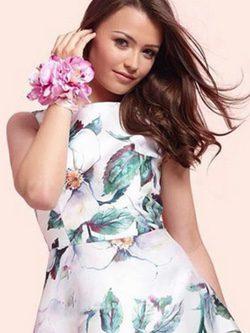 Natalya Wright posando como modelo