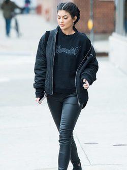 Kyllie Jenner luciendo una Bomber