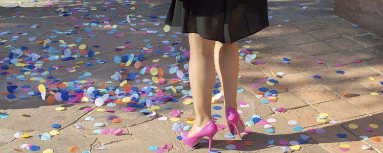 La falda midi con vuelo en color negro sirve para acudir a bodas