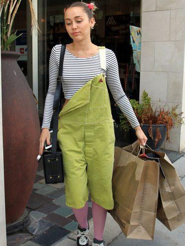 Miley Cyrus con un peto verde y medias rosas durante un día de compras