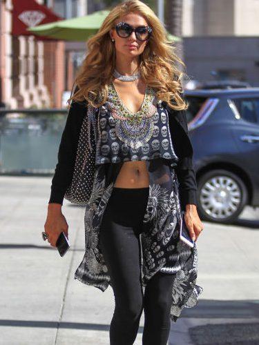 Paris Hilton un look total black con calaveras