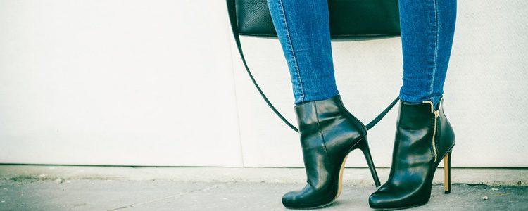 Una buena opción es utilizar los jeans pitillo con botines