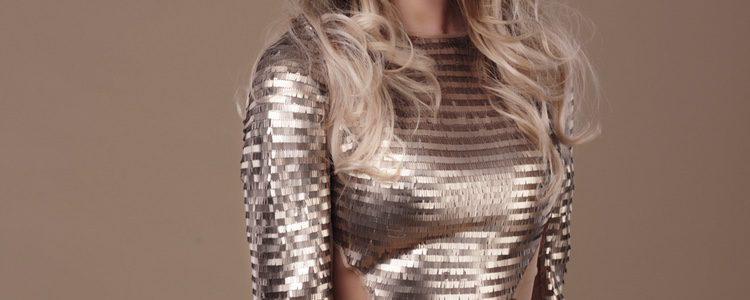 Escoge prendas metalizadas para brillar