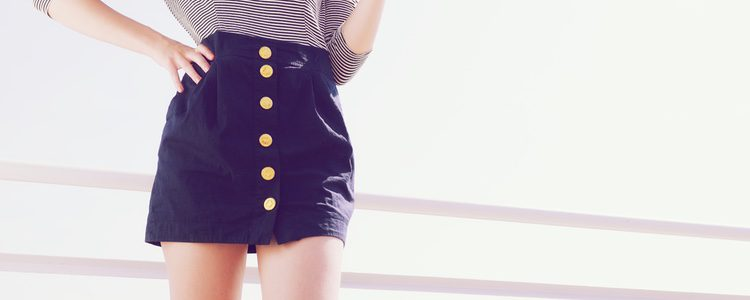 Falda de talle alto con botonadura recta