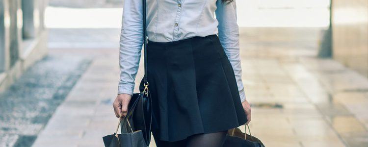 Puedes escoger una falda plisada con la camisa vaquera