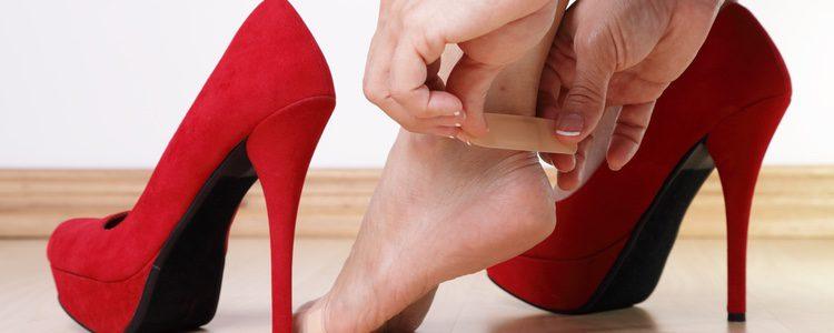 Al llevar tacones mucho tiempo puedes tener dolor en el talón