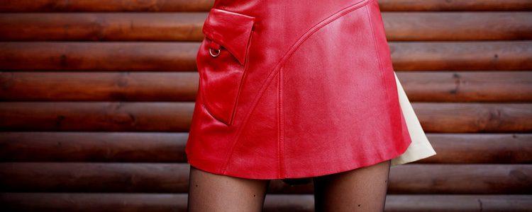 Las faldas de cuero son arriesgadas y llamativas