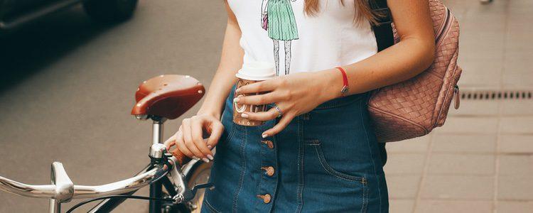 La minifalda denim se combina con prendas sport
