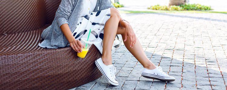 Puedes combinar la minifalda con deportivas para un look más informal