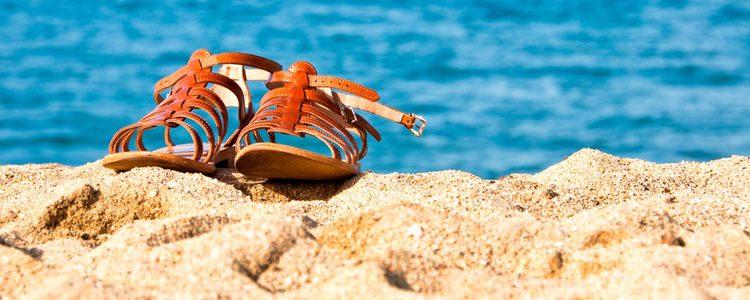 Las sandalias planas no pueden faltar en tu maleta