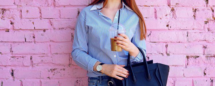 Las camisas de rayas son muy recurrentes para cualquier look