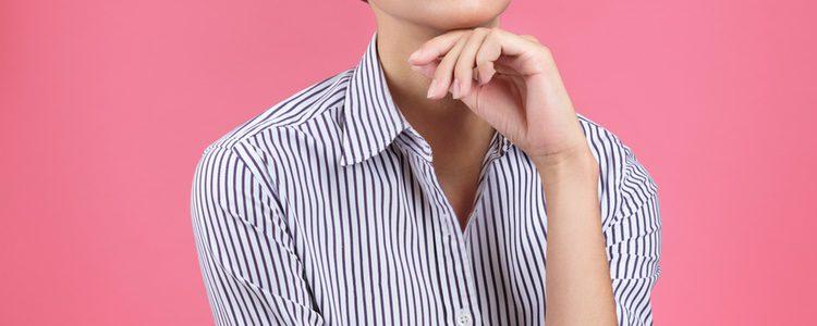 Las camisas de rayas son muy recurrentes en los conjuntos de oficina