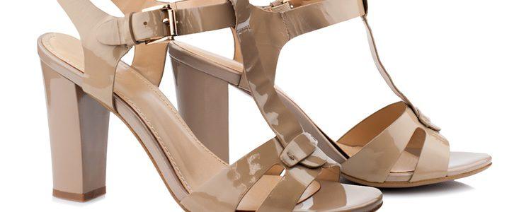Las sandalias o zapatos abiertos son los más comunes