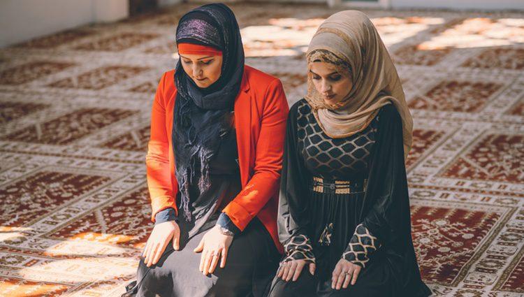 La religión musulmana es aún más aférrima a la tradición y no permite que la mujer muestre parte de su cuerpo