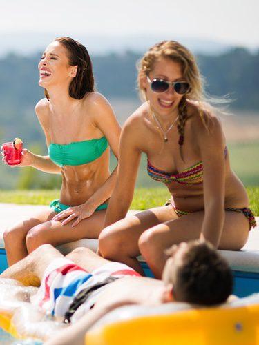 Grupo de amigos dándose un baño en la piscina