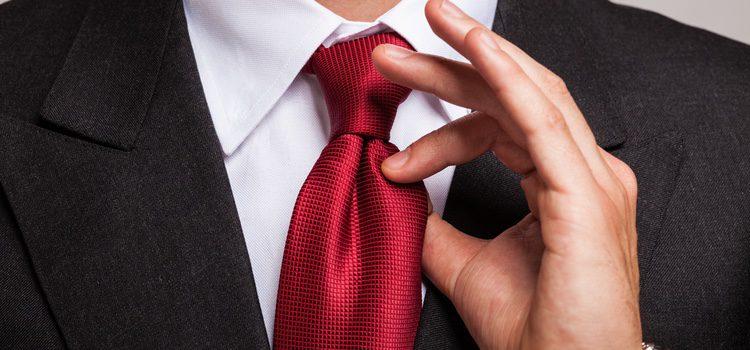 Colocaremos la corbata alrededor del cuello dejando ambos lados abiertos encima del pecho