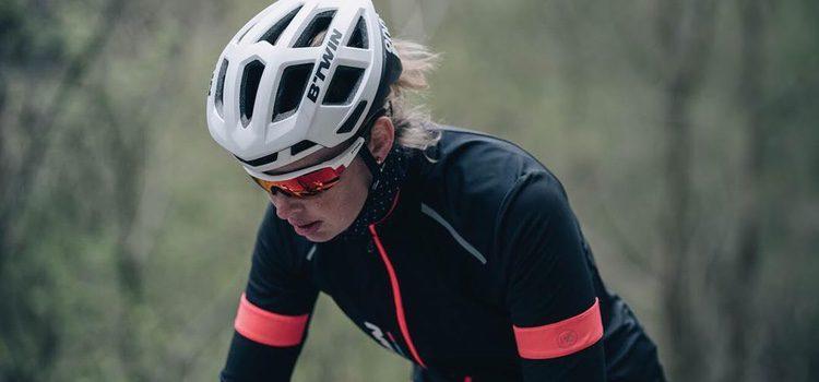 Mujer practicando ciclismo