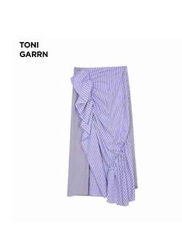 Falda asimétrica de Toni Garrn