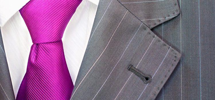 Si no te atreves con los trajes violetas, utiliza complementos de este color