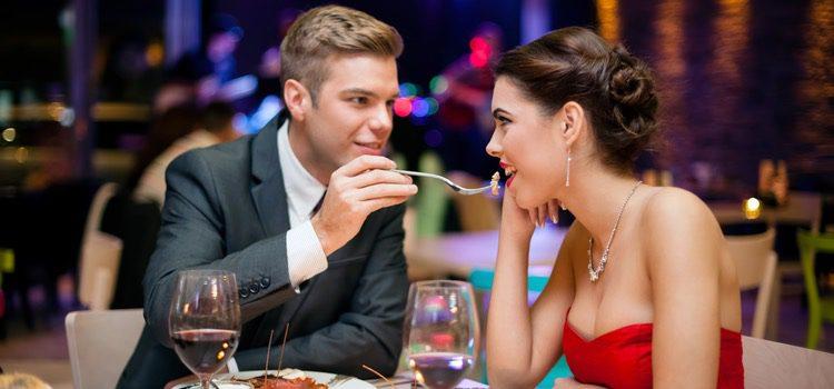 Las parejas suelen aprovechar para ir a cenar