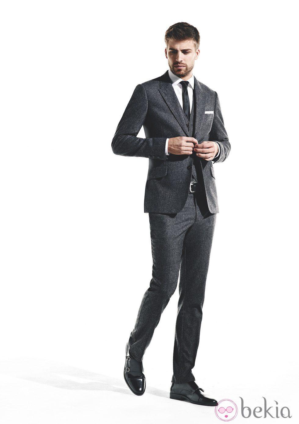 hombres con trajes: