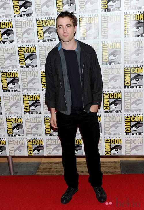 Robert Pattinson con un look muy informal de pantalón negro y camisa gris