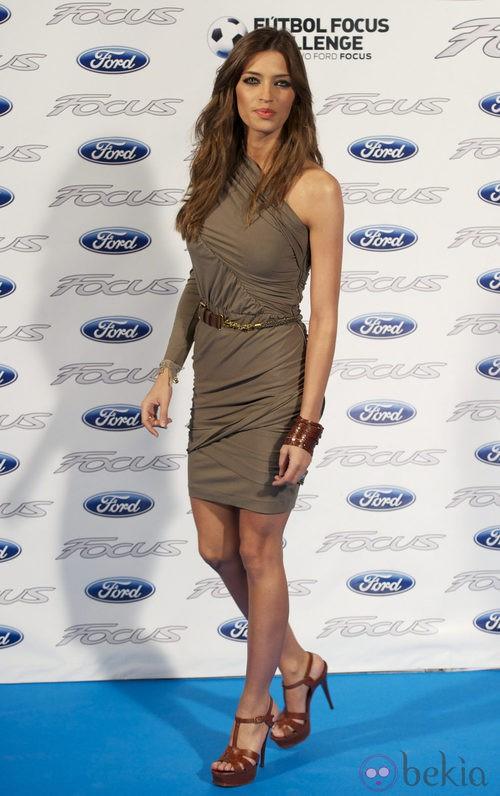 Sara Carbonero con vestido venda y escote asimétrico