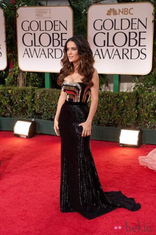 Salma Hayek con vestido en negro y oro de Gucci posa en la alfombra roja de los Globos de Oro 2012