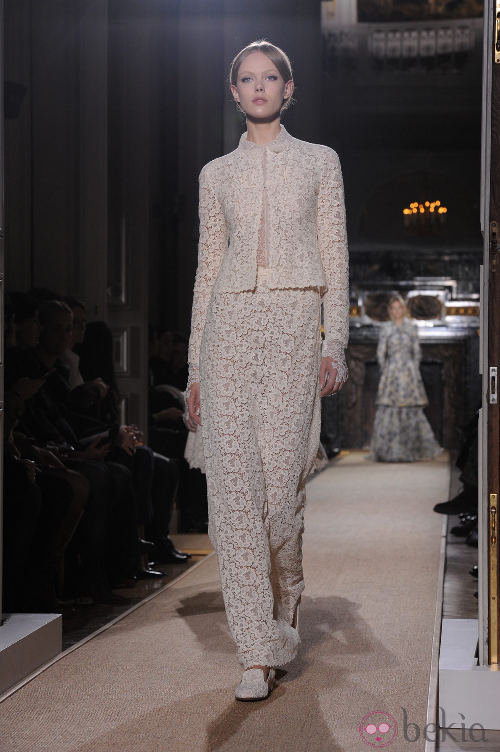 Dise o de encaje floral en blanco roto de valentino alta - Diseno alta costura ...