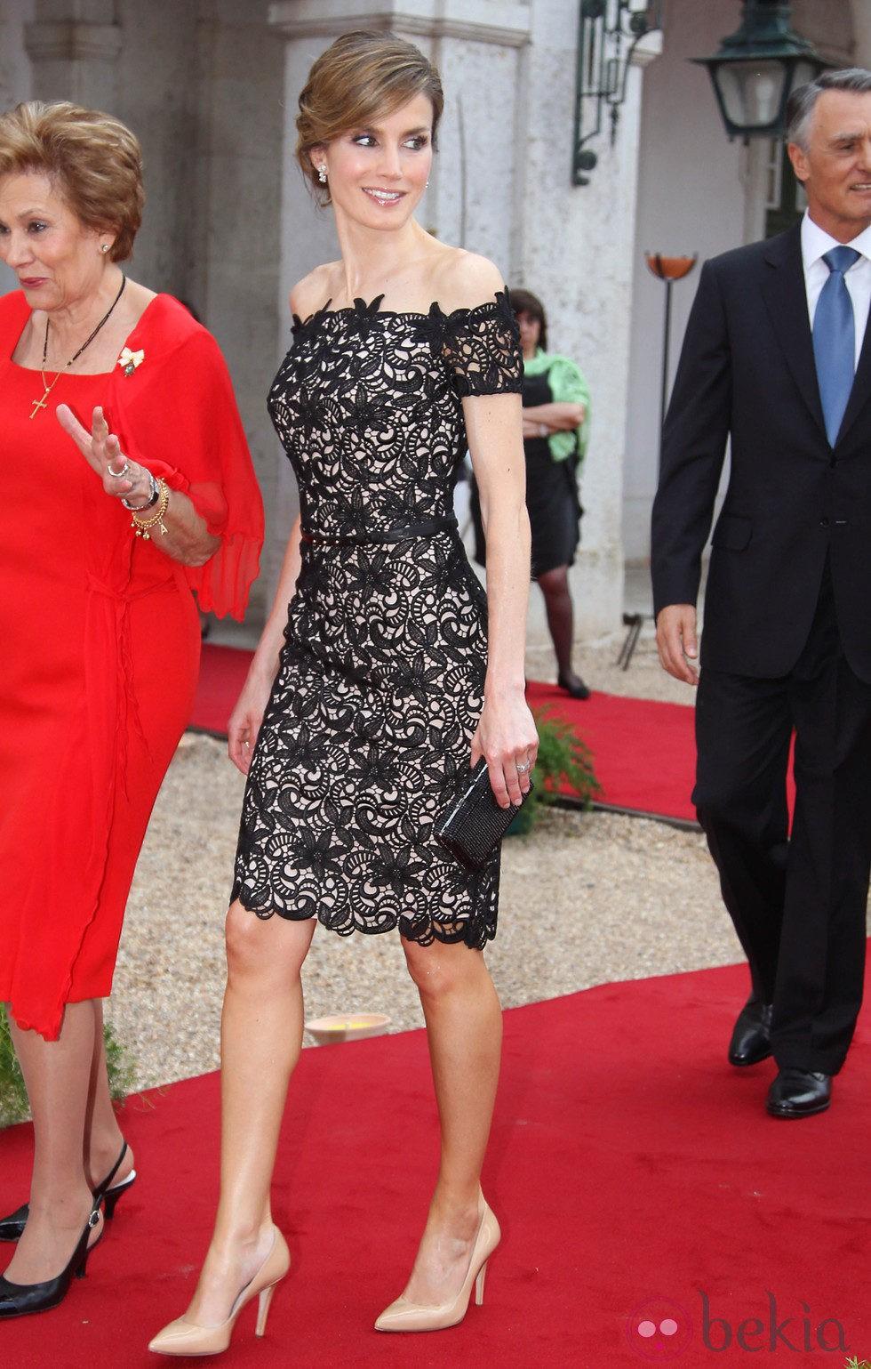 La Princesa Letizia Con Un Elegante Vestido De Encaje Guipur En Una Cena De Gala En Portugal ...