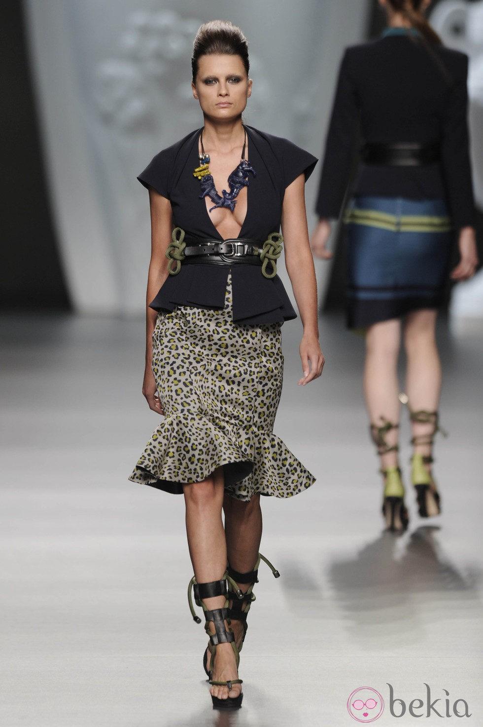 Falda leopardo y blusa de gran escote de la colección primavera-verano 2013 de Ana Locking