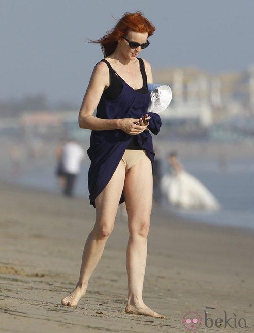 Marcia Cross se recoge demasiado el vestido en la playa