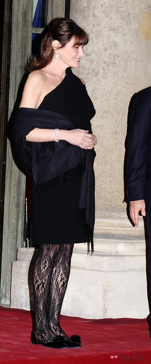 Carla Bruni, en un acto oficial, con vestido negro y manoletinas
